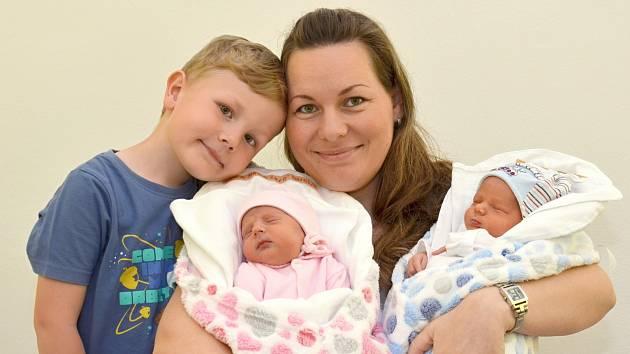 NATÁLIE A FILIP MAKASOVI. Dvojčata se narodila 24. dubna Petře a Martinovi z Městečka Trnávky. O sedm minut starší Natálie měřila 45 centimetrů a vážila 2,15 kilogramu. Filip měřil 45 centimetrů a vážil 2,5 kilogramu. Mají bratra Matyáška.