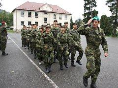 POCHODOVAT se v těchto dnech učí žáci prvního ročníku vojenské střední školy v Moravské Třebové. Co se všechno naučili, předvedou na nádvoří zámku při slibu.