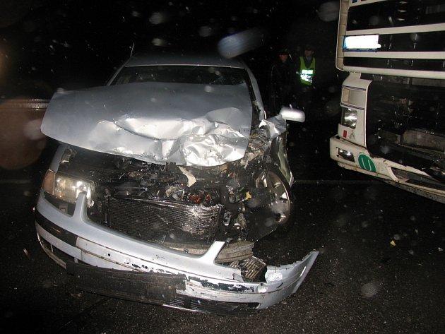 Ve směru ze Svitav na Brno se ve čtvrteksrazil osobní automobil s nákladním