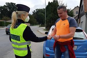 Policejní akce v Pardubickém kraji odhalila řidiče, kteří si za volantem čtou i koukají na televizi.