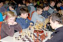 Pohled do sálu Fabriky dokumentoval mimořádnou oblibu šachů mezi mládeží.