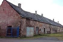 NEVZHLEDNÉ A NEVYUŽITÉ budovy bývalého zemědělského družstva má obec v plánu opravit a vrátit do nich zpátky život.
