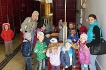 Děti z mateřské školy navštívily líheň.
