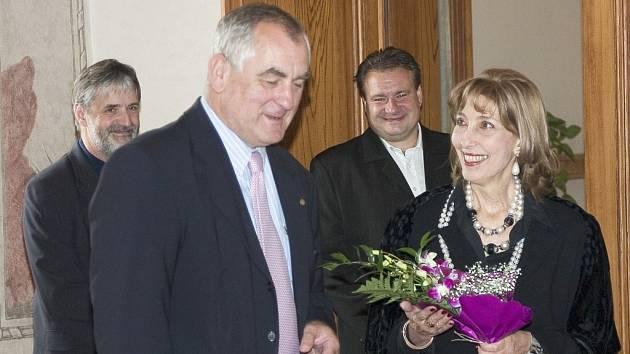 Ilustrační foto: První dáma Uruguaye Mercedes Menafra de Batlle se v Senátu ptala Jiřího Lišky na vztahy její země s Českem.