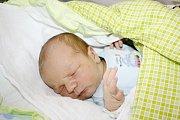 DAVID BRTNÍK. Chlapeček se narodil 19. listopadu. Vážil 3,9 kilogramu a měřil 53 centimetrů. Tatínek Petr byl mamince Lucii u porodu oporou. David bude se svými rodiči bydlet v Moravské Třebové.