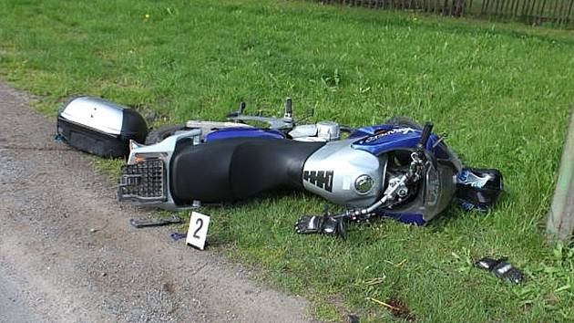 Motocykl po střetu s dodávkou