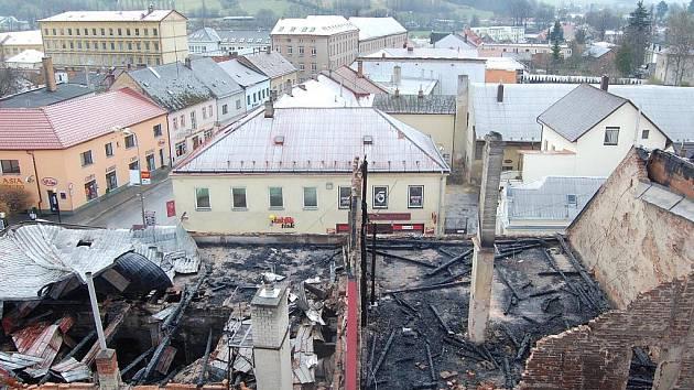 Někdejší dominanta centra Moravské Třebové, hotel Morava, zřejmě čeká demolice.  V současné době vyhořelý objekt prozkoumávají vyšetřovatelé od policie a z řad hasičů.