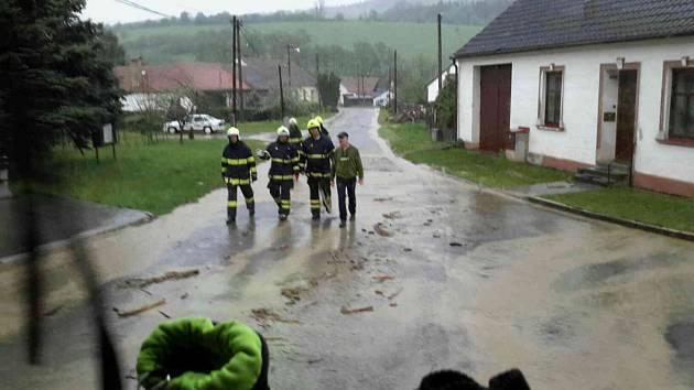 V Bělé u Jevíčka likvidovali hasiči nánosy bahna po lokální bouřce.