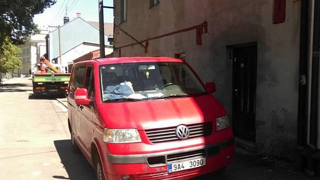 Občané chtějí, aby auta neparkovala přímo u domů.Spoléhat se pouze na slušnost řidičů nelze.