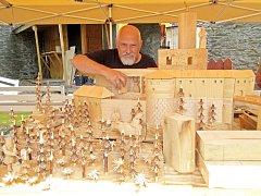 Řezbáři tvoří podle legend hradu.