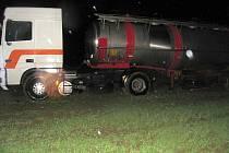 U Hradce nad Svitavou vyjel kamion ze silnice do pole.