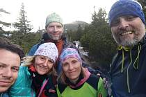 RůžOFFky v běhu zvládly 150 kilometrů z Litomyšle na Sněžku. Podpořily tak tři děti, kterým zemřela maminka.