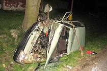 Vůz zůstal po nárazu do stromu na boku zcela zdemolován.