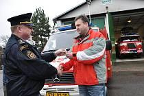 Klíčky od  nového automobilu převzal od  ředitele hasičů Oldřicha Jedličky  starosta Budislavi  Luboš  Šplíchal. Ve zbrojnici stojí  třicetiletá cisterna, se  kterou  jezdí  hasiči k nehodám nyní.