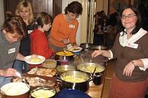 KATI SALMONS Z OKLAHOMY ukazuje, v jakém pořadí si mají  hosté nabírat tradiční pokrm. Den díkůvzdání v Poličce prožili v příjemné atmosféře.
