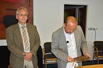 SLAVNOSTNÍ OKAMŽIK. Ředitel Státního okresního archivu Svitavy se sídlem v Litomyšli Oldřich Pakosta  (vlevo) se starostou Radomilem Kašparem otevřeli schránku.