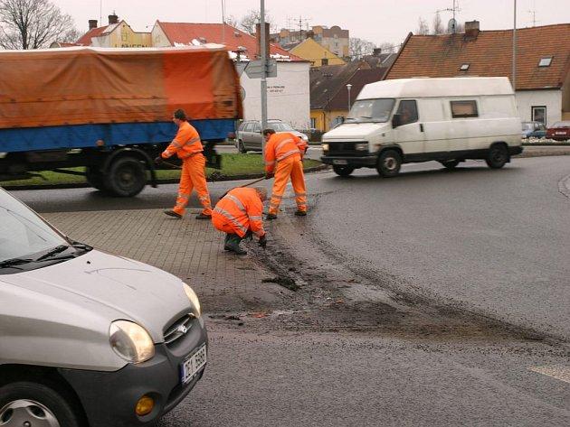 SVITAVŠTÍ SILNIČÁŘI včera v dopoledních hodinách čistili kanalizaci kruhového objezdu.