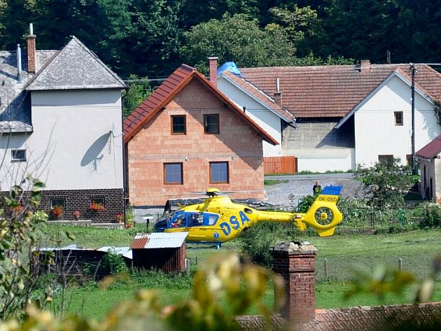 Mezi domy přistál vrtulník letecké záchranné služby po nehodě v obci.