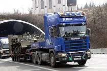 TAŽENÍ TANKŮ OKRESEM. V úterý dopoledne projely tanky okresem. Nejednalo se o vojenské tažení, ale přesun těžké  techniky na tahačích.  Za nákladem se místy tvořily  kolony, protože zvláště ve stoupání k Hřebečskému tunelu jel tahač velmi  pomalu.