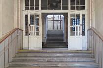 CHÁTRAJÍCÍ INTERIÉR budovy bývalé dětské nemocnice  se možná dočká lepších časů. Nově je na stole projekt na vybudování polyfunkčního centra s ubytovací kapacitou.