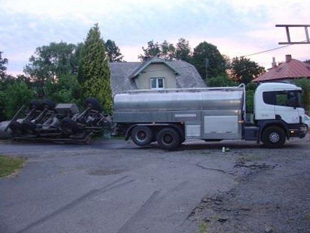 Mléko zaplavilo silnici.