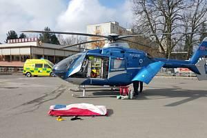 Vrtulník přistál na autobusovém nádraží.