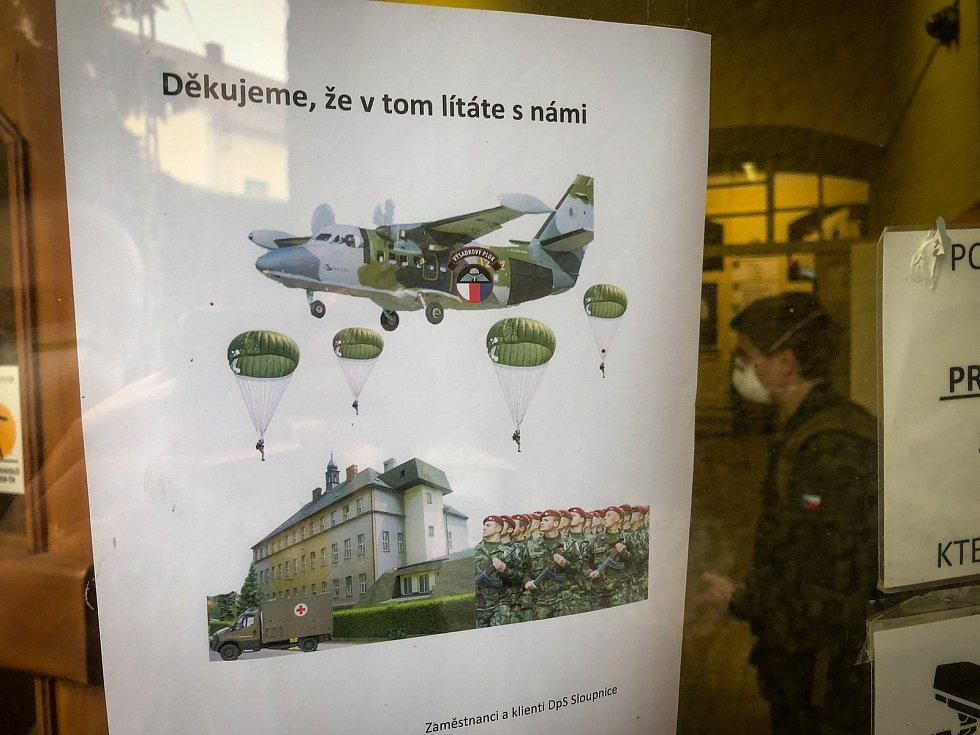Deset vojáků z Chrudimi pomáhá v Domově pro seniory ve Sloupnici, kde přibyli nakažení klienti i zaměstnanci.