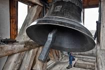 V pravé poledne se z kostela svatého Mikuláše v Čisté u Litomyšle rozezněly všechny tři zvony.