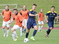 Z přípravného utkání mezi Litomyšlí a Chocní (domácí v oranžových dresech). O víkendu si tito soupeři zopakují svůj souboj v rámci krajského poháru.