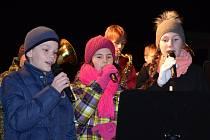 POTŘETÍ se na jevíčském náměstí sešli lidé všech věkových kategorií, aby si společně zazpívali. Projekt Česko zpívá koledy se pro město na Malé Hané stal tradicí.