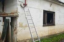 Při požáru domu se popálil v Arnoštově starší muž.