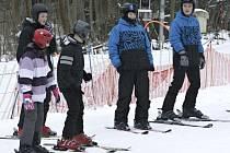 DĚTI letos přišly o vánoční lyžování. Sezonu by měl areálům zachránit únor.