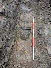 Poblíž hradby nalezli archeologové nádobu, která obsahovala další keramické zlomky.