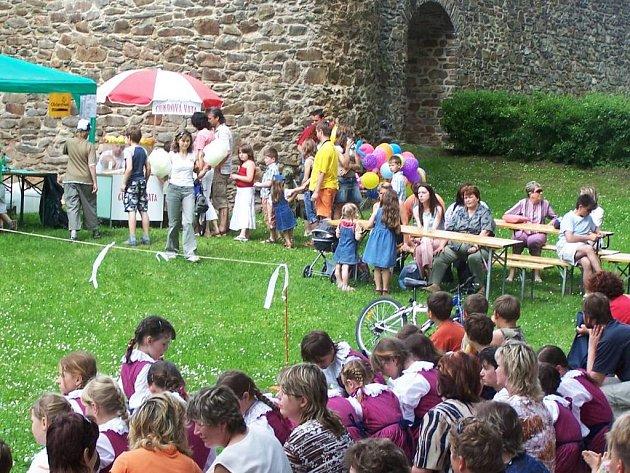 Dětský den v Poličce zaujal pestrou programovou skladbou. Vystoupili Ptáčata nebo Lubeňáček.