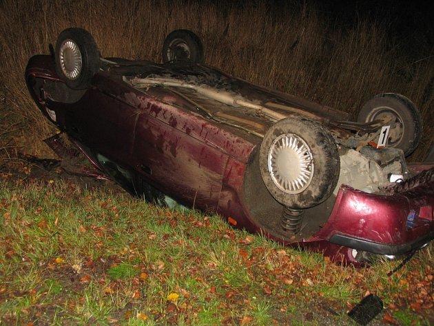 U Koclířova havarovala ve středu před třiadvacátou hodinou felicie. Osmnáctiletý řidič ze Svitav při průjezdu zatáčkou vyletěl mimo komunikaci, kde narazil do stromu. Auto se převrátilo na střechu. Policisté muži naměřili 1,53 promile alkoholu v dechu.