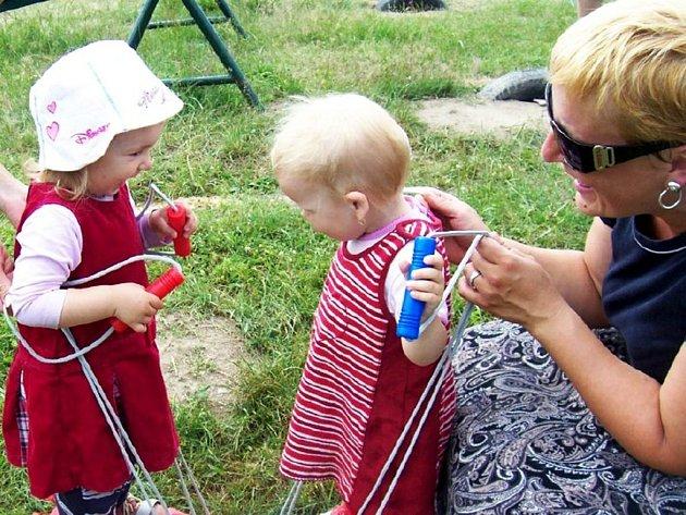 Dětská olympiáda se konala v neděli u svitavského rybníka Rosnička.