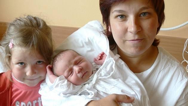 ONDŘEJ KUSÝ. Manželé Kateřina a Jan Kusých se stali v úterý 5. května rodiči malého Ondráška. Chlapeček se jim narodil osm minut po půl deváté večer. Na brášku se přišla do porodnice podívat i pětiletá sestřička Adélka. Doma v Poříčí u Litomyšle.