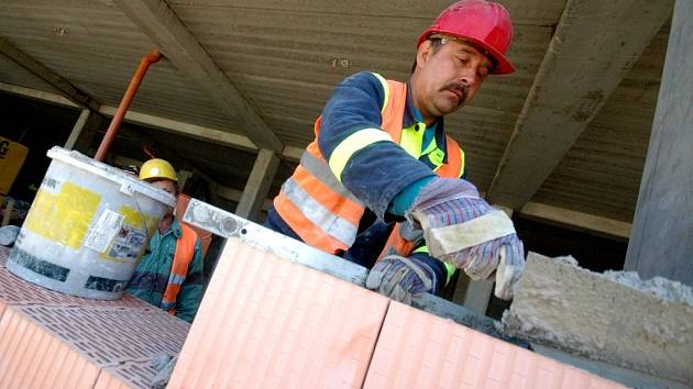 Stavební práce patří k těm, které se potýkají s nedostatkem pracovníků.