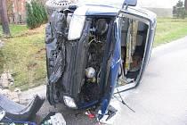 Opilý řidič nezvládl zatáčku a narazil do podezdívky u domu.