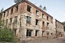 Jedna z budov bývalé továrny Oskara Schindlera v Brněnci. Objekt je v dezolátním stavu. Kdysi v něm přes den pracovalo a v noci spalo přes 170 vězňů.