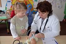 ŠKOLKA v Brněnci se proměnila v nemocnici. Zdravotníci přijeli za dětmi, aby je seznámili s lékařským prostředím.
