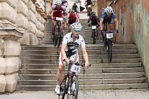 SJEZD ZE SCHODŮ patří k tradičně nejatraktivnějším místům okruhu městského závodu. Bikeři ho zvládli bez potíží.
