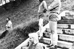 Na snímku je vidět, jak  kdysi vypadalo hřiště v Bořkově.  Diváci už tehdy seděli  na svahu.