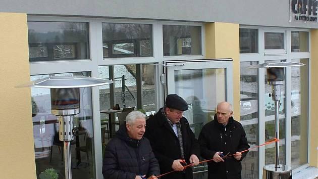Kavárna na Knížecí louce byla slavnostně otevřena v únoru 2018 (zleva: místostarosta Pavel Brettschneider, starosta Miloš Izák a místostarosta Václav Mačát).