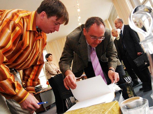 Roman Lanr (vlevo) s vícehejtmanem Romanem Línkem.