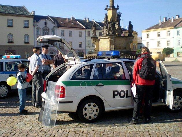 Městští strážníci a policisté ČR prezentovali svoji činnost na náměstí.