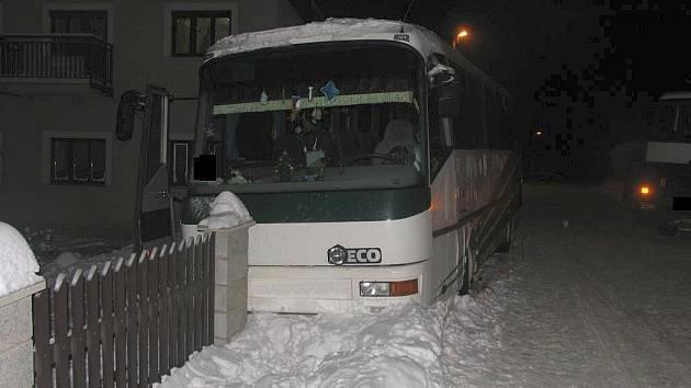 Řidič strhl řízení autobusu a narazil do plotu u rodinného domu.