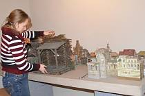 Vyřezávaný betlém svitavských umělců je po letech doma. Muzejnící ho v úterý večer přivezli z pardubického muzea do Svitav.