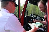 Pexeso a gumová hračka pro řidiče. Takové dárky včera rozdávali policisté při hlídkách na silnicích.