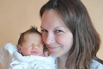 ANETA KMOŠKOVÁ. Vlasatá holčička je dcerka manželů Michaely a Ladislava z Čisté u Litomyšle. Anetka se narodila v Litomyšli  12. dubna ve 13.02 hodin. Sestřičky jí navážily 3,5 kg a naměřily půl metru. Doma na ni čekají pětiletý Matyáš a tříletý Vojta.